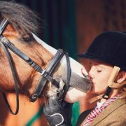Mädchen küsst Pony